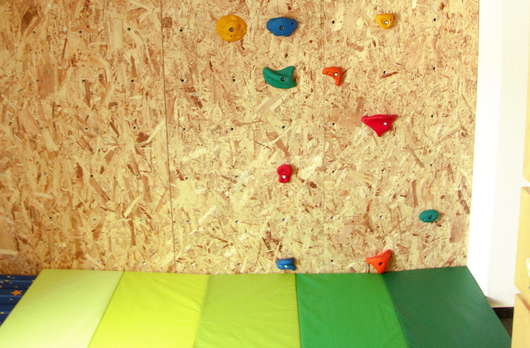 eine diy-kletterwand fürs kinderzimmer | natalieclauss.de